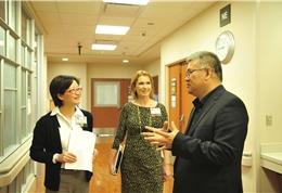 MD Anderson工作人员和健康时报记者进行交流