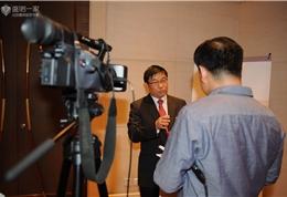 签约仪式上,蔡强接受北京电视台媒体采访