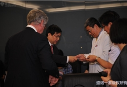 盛诺一家董事长蔡强先生和朝阳医院领导交换名片