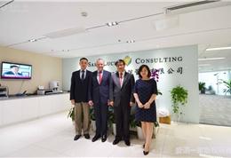 纽约长老会医院副总裁Merritt先生,中国区总监李女士,中国区代表和盛诺一家董事长蔡强先生在公司合影留念 (2)