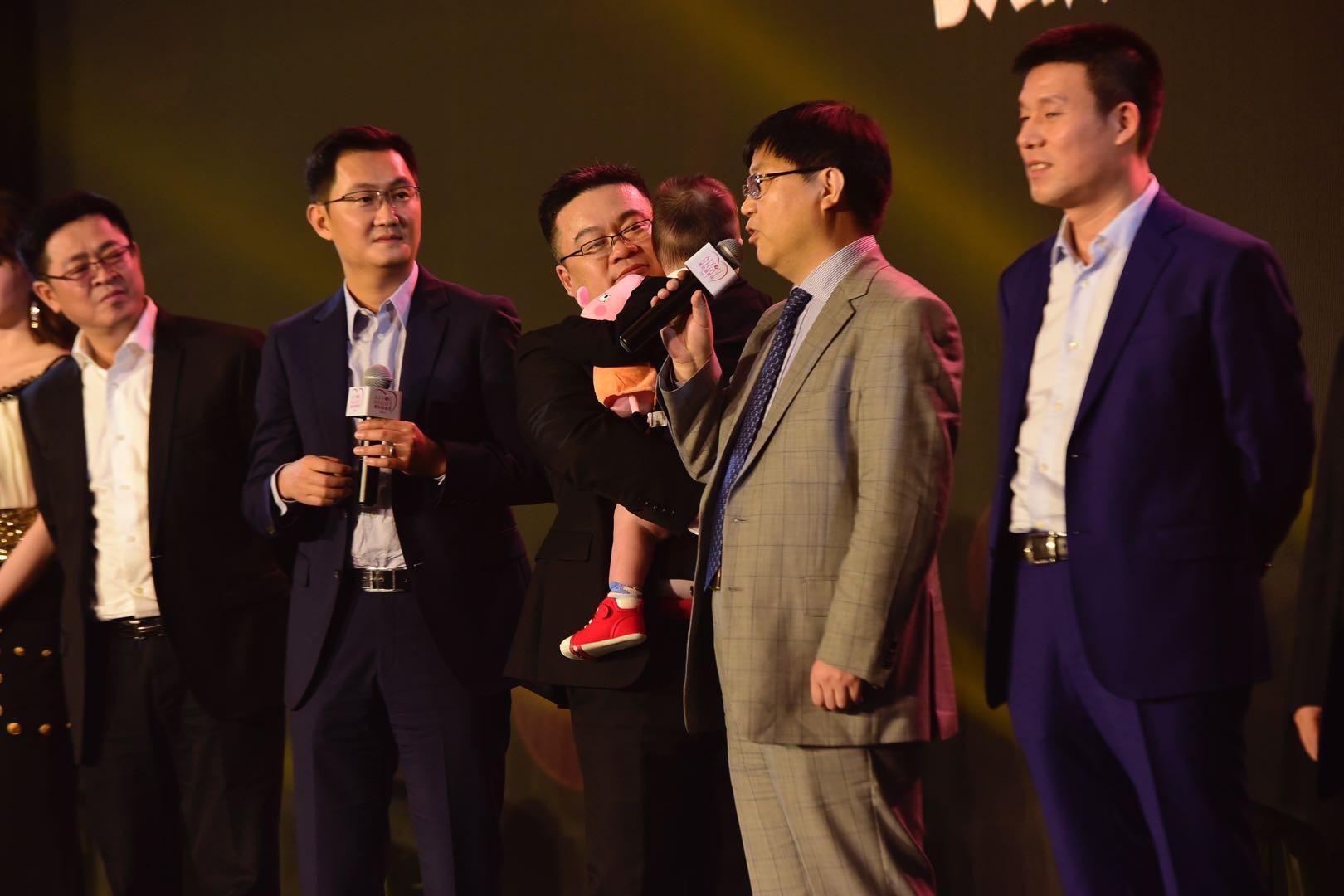 爱佑慈善基金会副理事长马化腾先生(左二),盛诺一家董事长蔡强(右二)