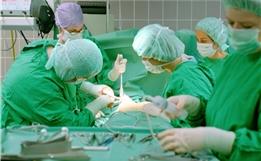 在患者清醒时行开颅手术、清除脑瘤?这位日本医生已经做了550例!