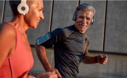 """现实版""""钢铁侠""""!瘫痪四年后,他依靠机器人技术重新行走!"""
