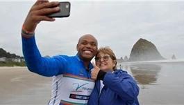 """""""我做到了!""""为鼓励抗癌同伴,骨癌10年幸存者14小时骑行200英里"""