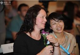 梅奥诊所国际转诊主任Melissa-Goodwin女士与盛诺一家陪同人员交流