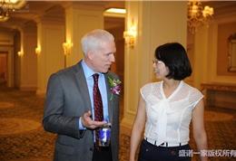 美国联盟医疗体系国际部副总裁Ed和盛诺一家翻译张美艳女士沟通