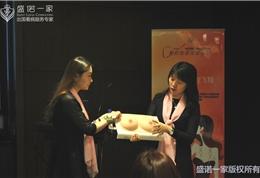 医学顾问刘菲大夫现场讲解乳腺癌自检