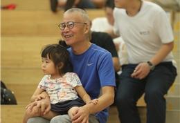 一位慈祥的爷爷带着孙女一起观看讲座